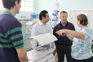 John Wahlund with Rotarian Remo Batagglia (project accountant) and head administer of São Francisco de Assisi Hospital.